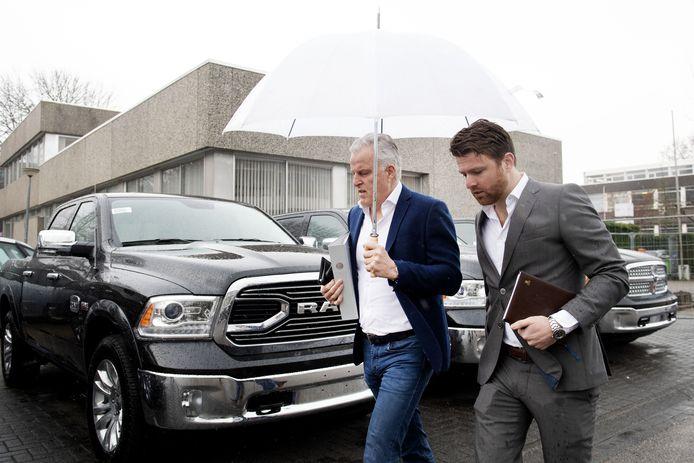 Misdaadverslaggever Peter R. de Vries (L) en zijn zoon Royce de Vries komen aan bij de Bunker voor zijn getuigenverhoor in de strafzaak tegen Willem Holleeder.