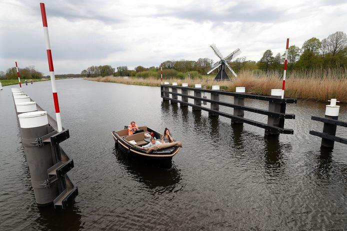 Genieten van de Oude IJssel in een gehuurd bootje bij de brug van Laag-Keppel.