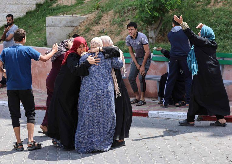 Palestijnen rouwen bij het Beit Lahia om hun gestorven familieleden, die zijn omgekomen door een Israëlische luchtaanval.  Beeld AFP