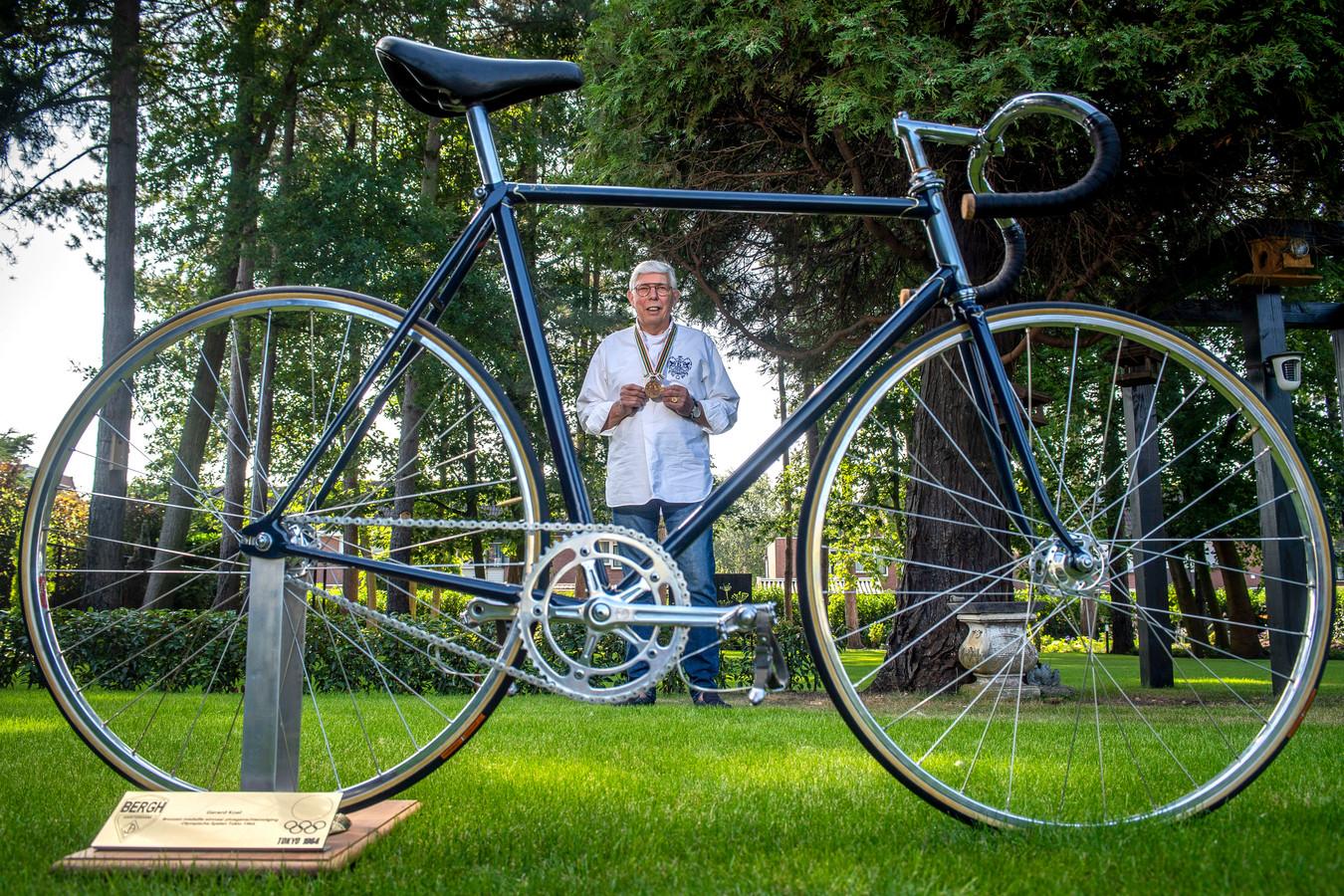 Gerard koel (met medialle) en fiets waarmee hij in 1964 olympisch brons won in de ploegenachtervolging.