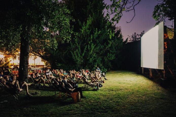 Een sfeerbeeld van een openluchtcineme in de Broeltuin in Kortrijk, tijdens de zomer van 2019
