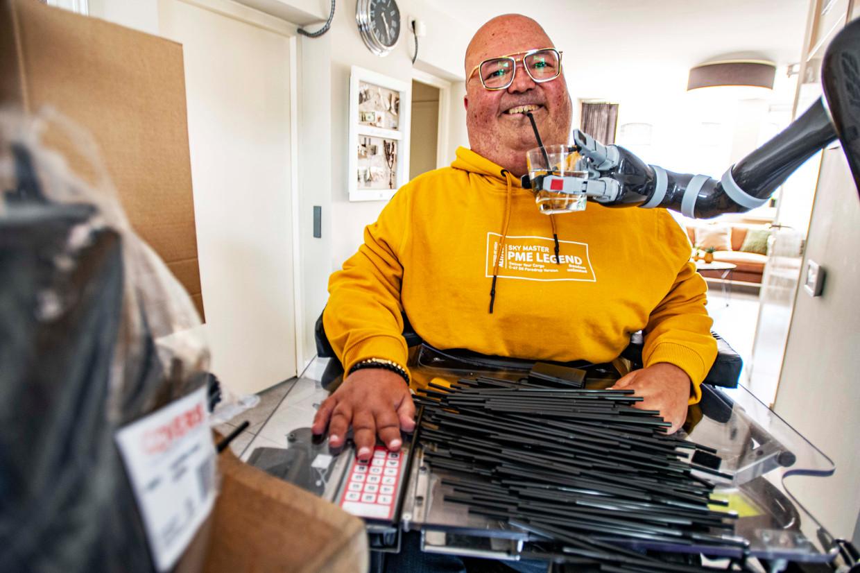 """Adriaan Aerts gebruikt al zijn hele leven plastic rietjes om te drinken. """"Die van bamboe of varianten van ijzer kun je niet buigen en papieren rietjes worden papier-maché in je mond, dat is heel vies."""" Beeld Jan van Eijndhoven"""