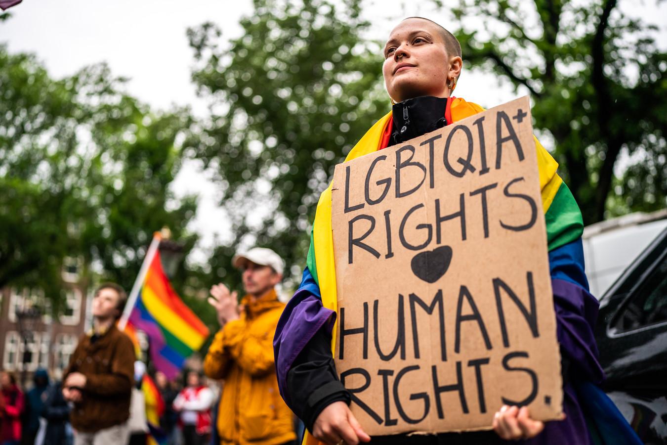 Protest tegen de anti-lhbti-wet van Hongarije bij het Homomonument in Amsterdam