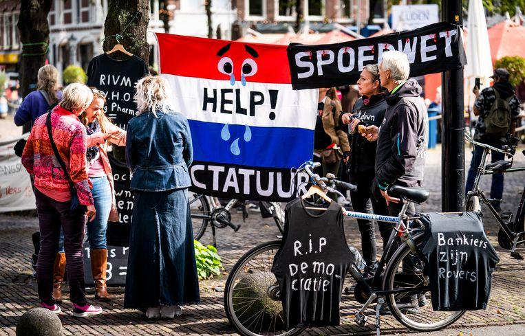 Demonstranten protesteren buiten tegen de coronawet, terwijl Jaap van Dissel de Tweede Kamer voorlicht over het coronavirus. Beeld Freek van den Bergh / de Volkskrant