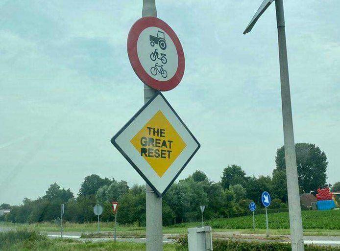 Op meerdere verkeersborden, zoals hier bij Serooskerke, staat nu de tekst 'The great reset'. De vermoedelijke dader is aangehouden.