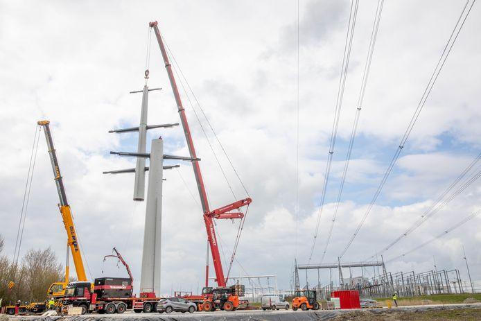 Donderdag werd de eerste wintrackmast voor de realisatie van de 380kV hoogspanningsverbinding van Borssele naar Rilland geplaatst in het Sloebos bij Borssele. Op de achtergrond het hoogspanningsstation, waar onder meer de elektriciteit van de windparken op zee aan land komt.