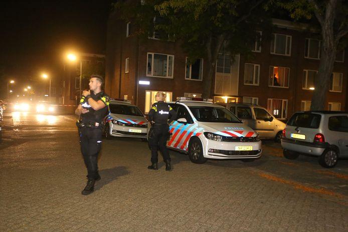 Politie bij de beschoten woning aan de Hadewychstraat.