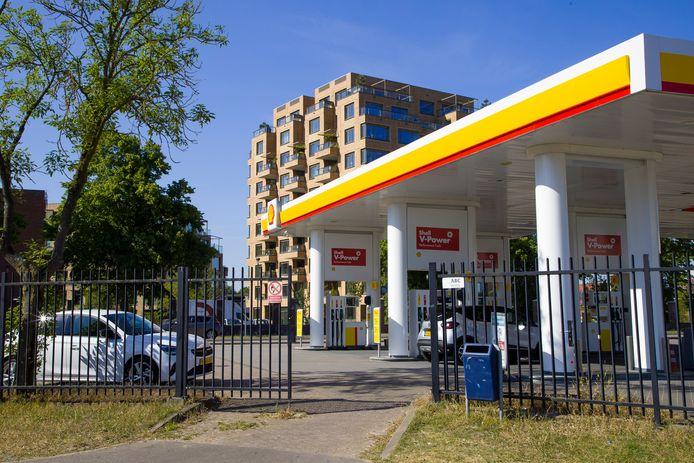 Het Shell tankstation aan de Vlijmenseweg in Den Bosch welke dinsdagochtend tijdelijk buiten gebruik was, actiegroep Code Rood had fietssloten om de slangen bevestigd.
