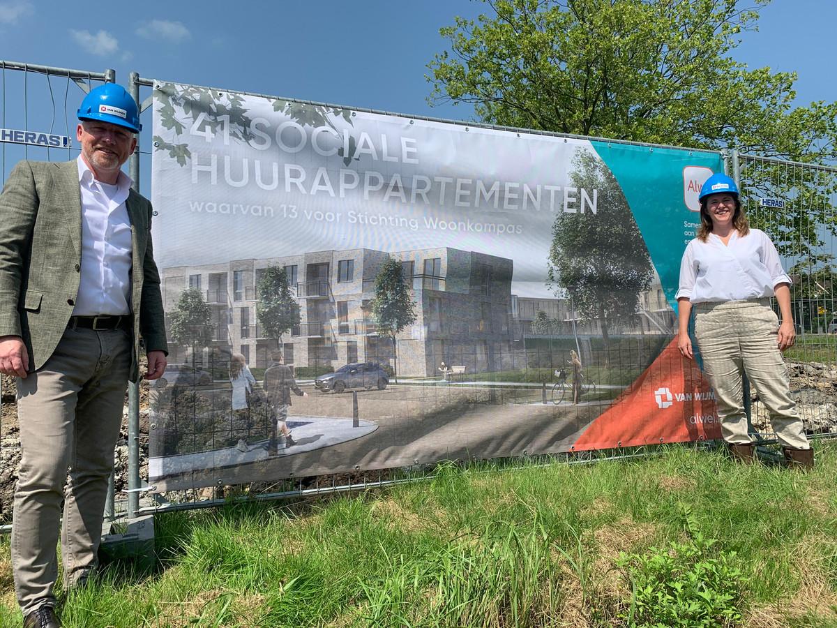 De bouw van 41 huurappartementen aan de Van Genkstraat in Etten-Leur is begonnen. Doeken rondom het bouwterrein schetsen vast een beeld van hoe het eindresultaat er volgend jaar uit moet zien.