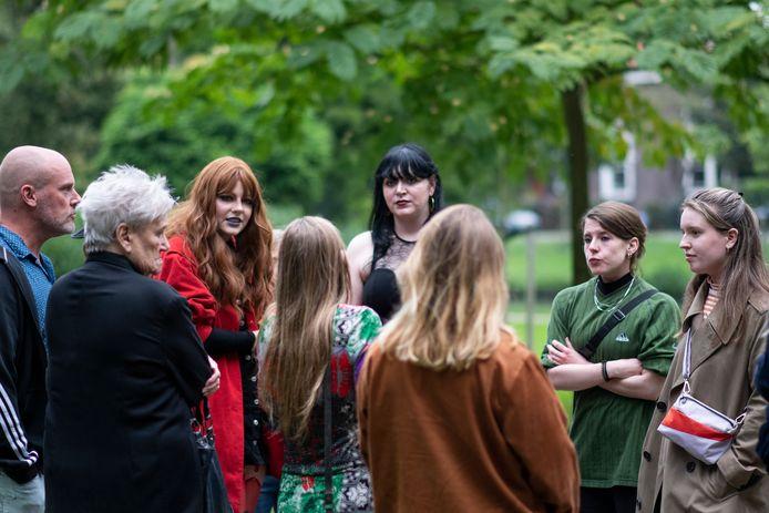 Julia Teekens (in het groene T-shirt) voert gesprekken over straatintimidatie met medestanders in Park Merwestein in Dordrecht.