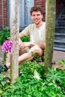 Pjotr Knoester (30) heeft inmiddels zijn baan opgezegd als marketing- en communicatieadviseur en gaat straks beginnen als geveltuinman: het aanleggen van tuintjes langs de gevel en rond bomen.