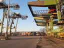 Het lege terrein van containeroverslagbedrijf Uniport in de Waalhaven in Rotterdam.