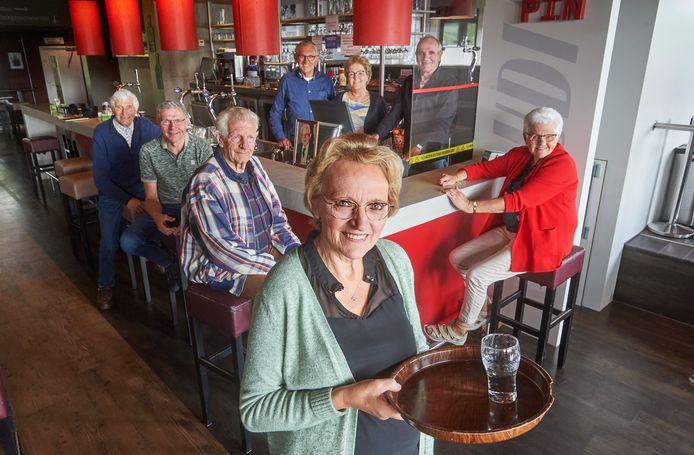 Wilma Künz (midden) met broers en zussen in de kantine van UDI'19.