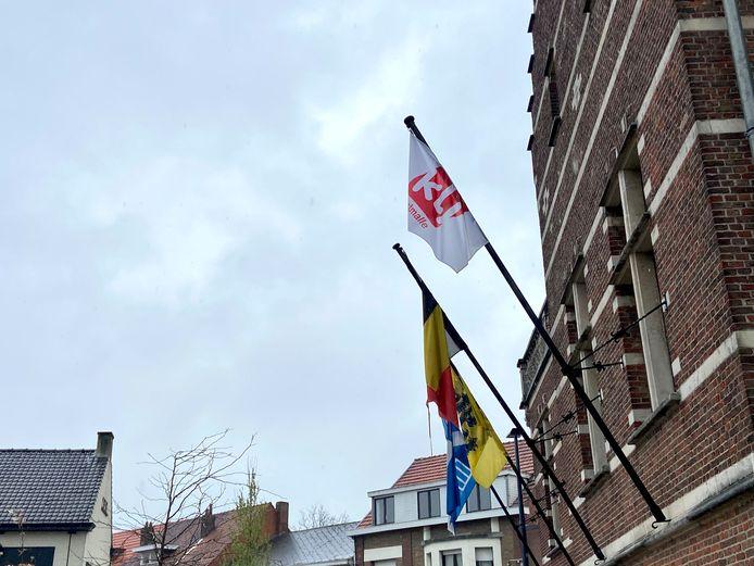 KLJ-vlag wappert aan gemeentehuis