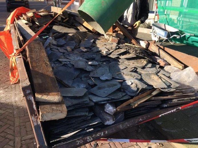 Dit is wat er volgens de boze bewoners van het Statenkwartier over is van het torentje aan het Frederik Hendrikplein en roemloos wordt afgevoerd in een container.