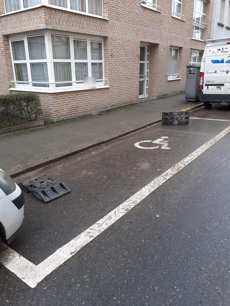 Bij werken in de Speerstraat worden elke ochtend voeten van herashekken op de gehandicaptenplaats gezet.