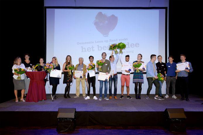 De tien winnaars van de ideeënwedstrijd eind juni vorig jaar op het podium in Het Klavier.