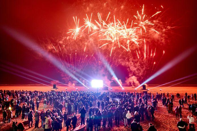 De vuurwerkshow in Hoek van Holland trok een paar duizend belangstellenden.
