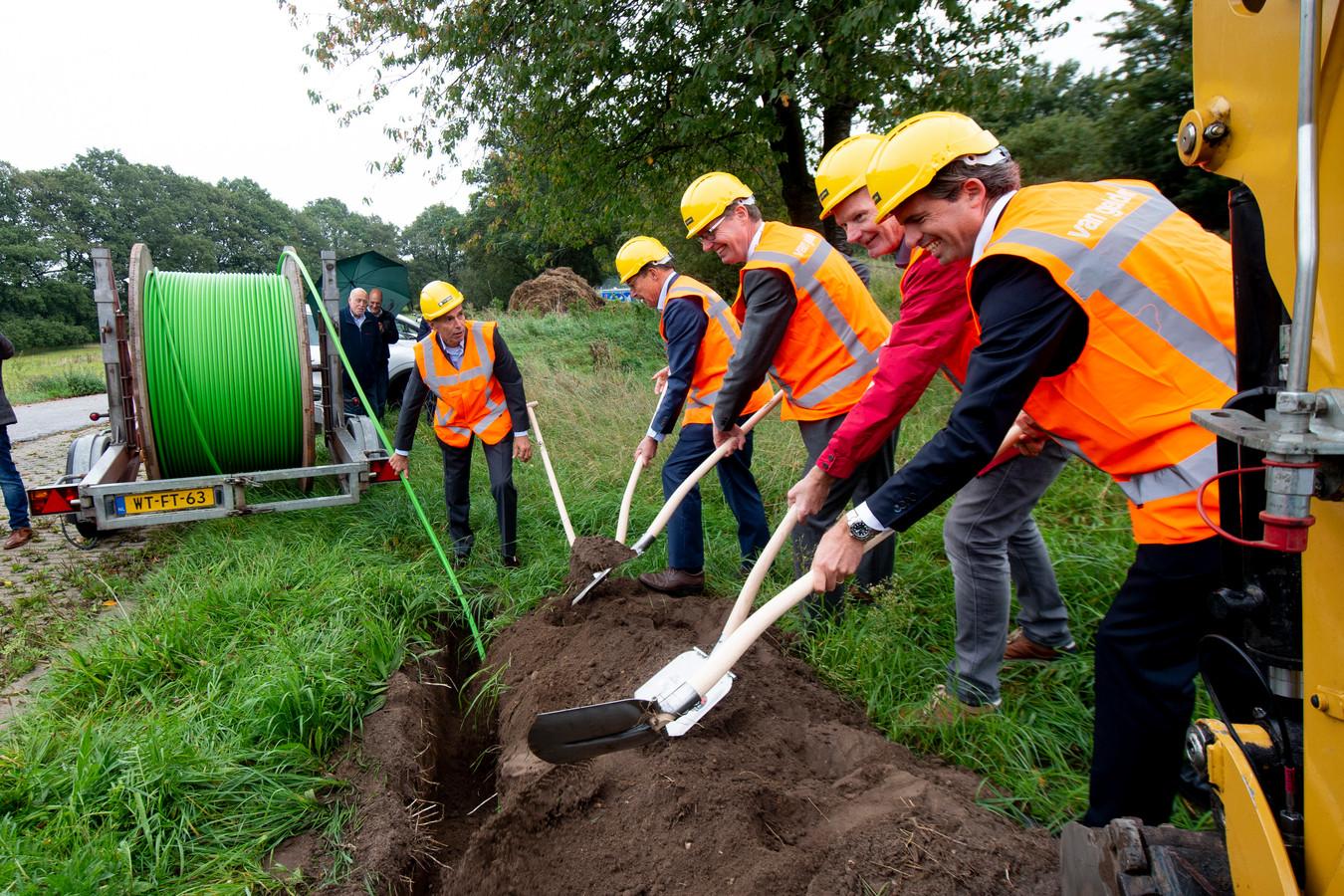 Wethouders van drie gemeenten (Admiraal, Willems en Steinweg) hielpen mee met het graven van 'de eerste sleuf' voor glasvezel in het buitengebied bij Klarenbeek.