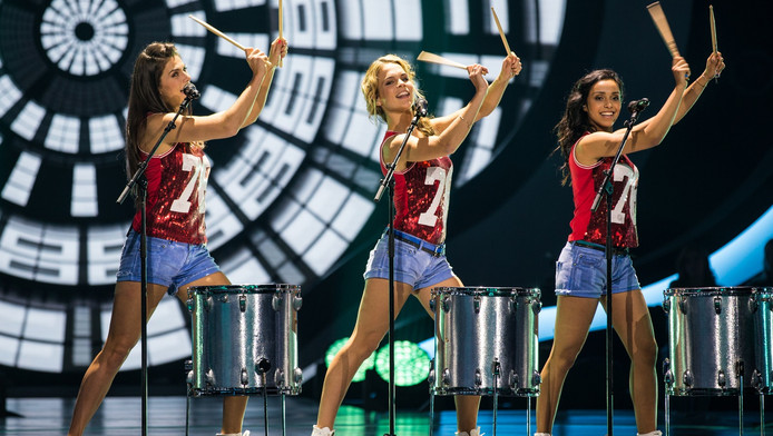 Klaasje (midden) laat volgens de jury haar stoere kant zien tijdens de eerste groepsopdracht, waarin ze niet alleen zingt en danst, maar ook drumt.