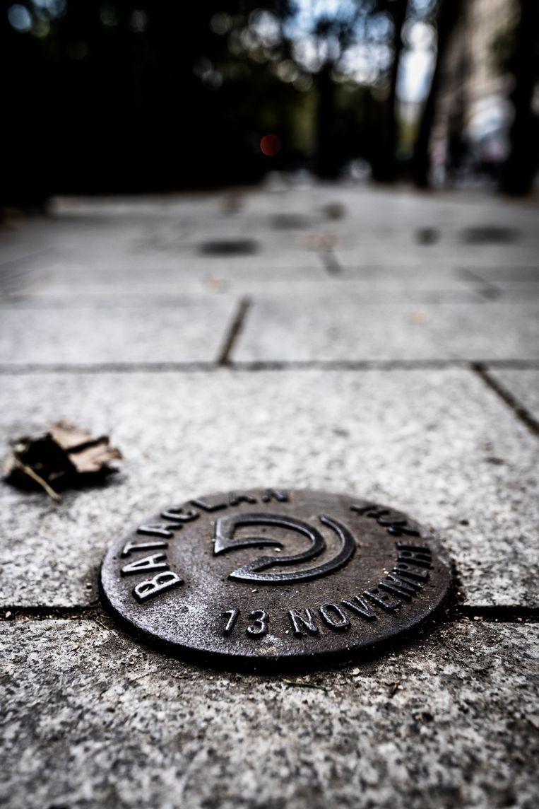 Enkele sobere gedenktekens in een parkje bij Le Bataclan herinneren aan het drama van treize novembre. Beeld Franky Verdickt