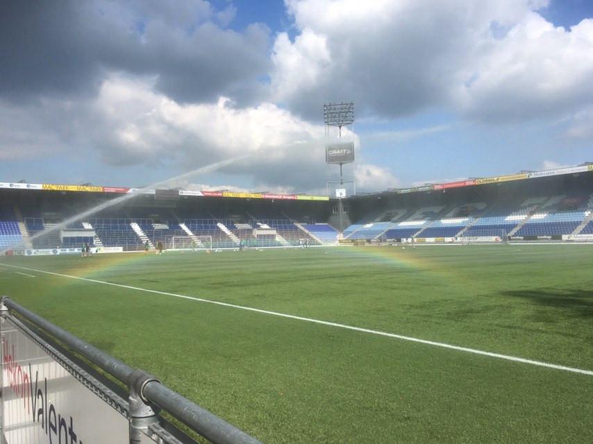 Een regenboog siert de middagtraining van PEC Zwolle. Trainer John Stegeman kijkt toe hoe de spelers de oefening afwerken.