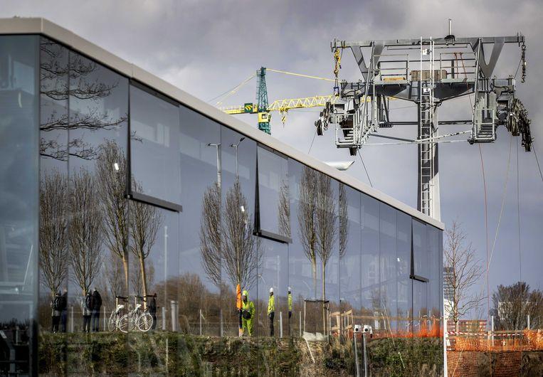 Over de A6 bij Almere wordt een kabel getrokken voor de aanleg van een kabelbaan die het zuidelijke deel met het noordelijk deel van de Floriade verbindt.  Beeld ANP