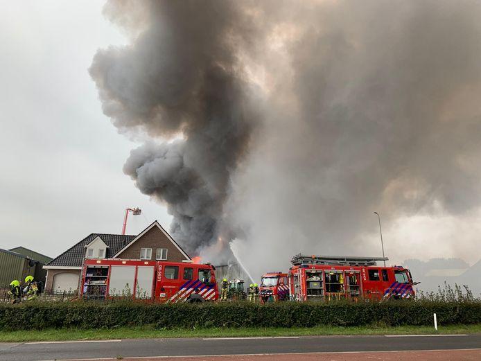 De brandweer probeert de brand onder controle te brengen