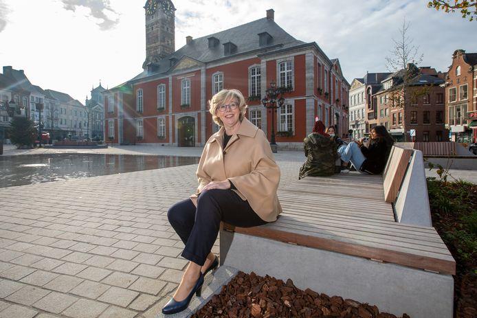 Veerle Heeren aan het stadhuis van Sint-Truiden. Kan ze op post blijven als burgemeester?