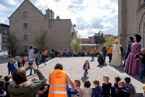 Aan de Colomakerk bewonderen de kinderen de reuzen.