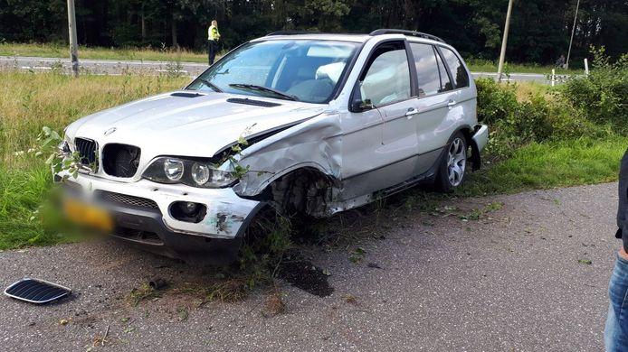 Een auto is zwaar beschadigd geraakt na een aanrijding tussen Goor en Delden