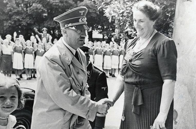 Wanneer Siegfried Wagner in 1930 sterft, gaat even het gerucht dat weduwe Winifred met 'Nonkel Wolf' zal hertrouwen. Sommigen beweren dat er sprake is van een relatie tussen haar en de nazileider. (Foto: met Winifred Wagner.) Beeld SZ Photo