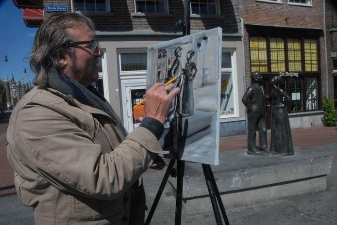 """Bert Verweijen uit Mill maakt met alkyd-verf een impressie van het bekende beeld Unnen Bosschenaar. """" Eén doek voor vandaag vind ik voldoende, want je hebt hier toch ook hele mooie terrasjes?"""""""