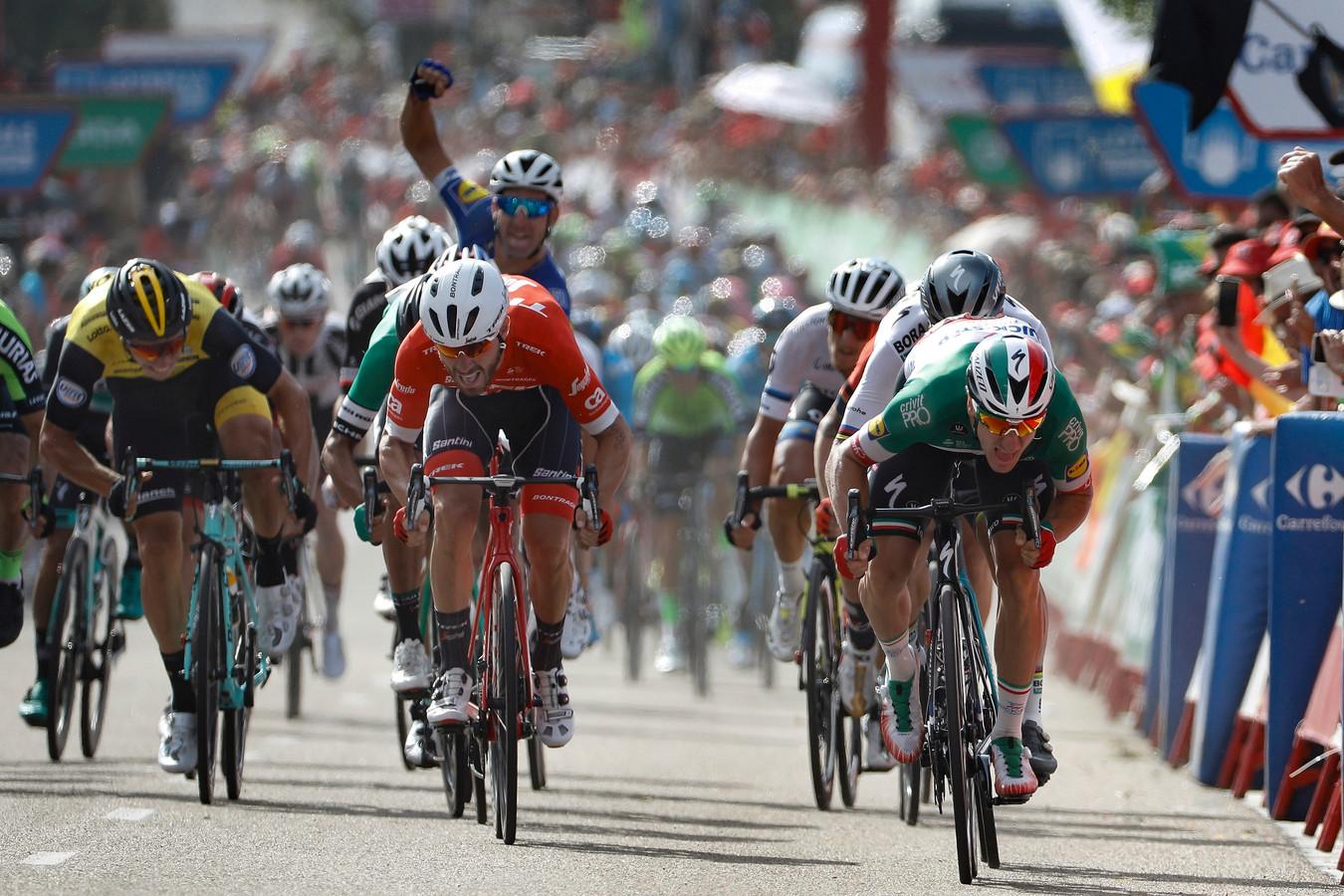 Links Danny van Poppel, rechts winnaar Elia Viviani.