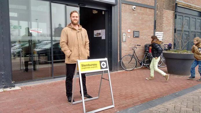 Remco bij het stembureau in Dordrecht.
