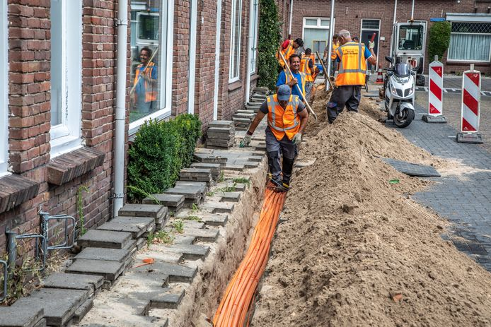 KPN zet zwaar in op de aanleg van glasvezel. Hier werkzaamheden in Zwolle