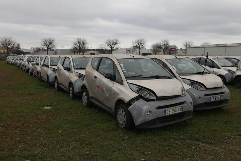 Sinds 2018 staan op dit veld honderden elektrische auto's weg te roesten.
