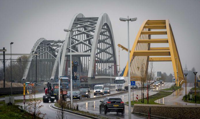 November 2017: de nieuwe spoorbrug is net geplaatst, tussen twee bestaande bruggen in.  Maandag rijdt de eerste trein erover.