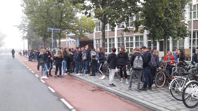 Dikke rijen met jongeren tijdens de Uitlokdag voor de Verkadefabriek in Den Bosch.
