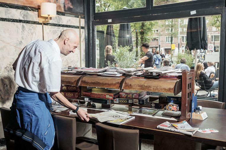 De leestafel in café Wildschut in Amsterdam. Beeld Jakob van Vliet
