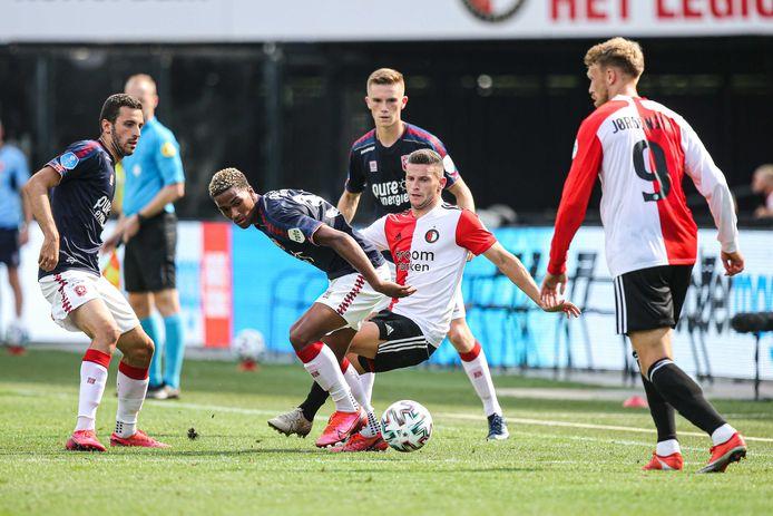 Caspian Dennen (midden) beleefde in de voorbereiding zijn  hoogtepunt toen hij mocht invallen in De Kuip tegen Feyenoord.