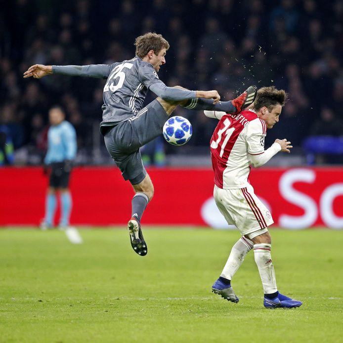 Thomas Müller velt Nicolas Tafglifico en krijgt rood.