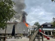 Uitslaande brand in Bowlingboerderij in Nijverdal, vuur overgeslagen naar naastgelegen pand