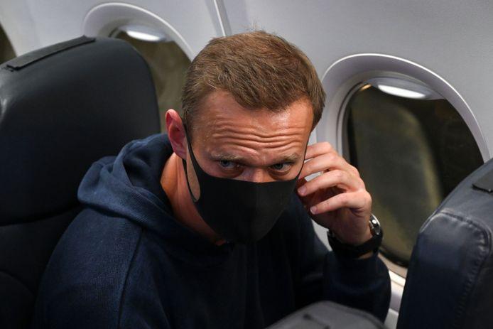 Aleksej Navalny in het vliegtuig op luchthaven Sjeremetjevo.
