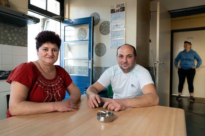 Vooralsnog wonen veel arbeidsmigranten in woningen door heel Boxtel. Zoals Nicoletta en haar man Marian, en op de achtergrond huisgenoot Wiesia.