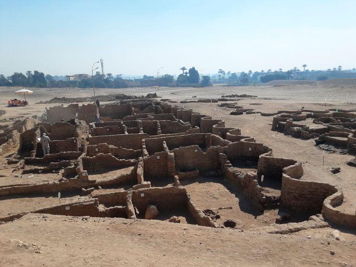 """Une équipe d'archéologues égyptiens a déterré une """"cité perdue"""" vieille de 3.000 ans à Louxor (sud), une découverte qualifiée de l'une des plus importantes en Égypte depuis celle du tombeau de Toutankhamon en 1922."""