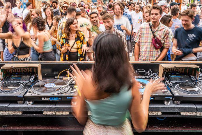 Mensen dansten tijdens Lofi Opening Weekender in Amsterdam, afgelopen zaterdag.