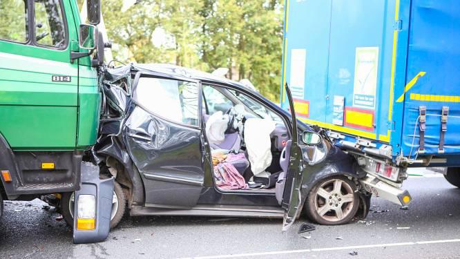 Heftig beeld: auto geplet tussen twee vrachtwagens, één persoon raakt gewond