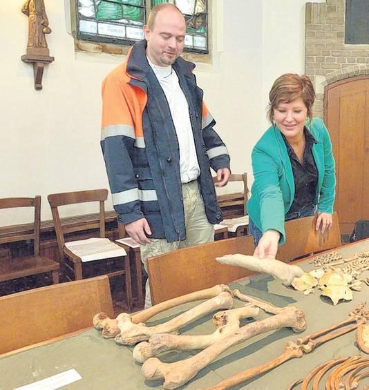Fysisch antropoloog Barbara Veselka en stadsarcheoloog Maarten Groenendijk laten beenderen 'met een verhaal' zien tijdens de presentatie van vondsten in de Sint Janskerk.