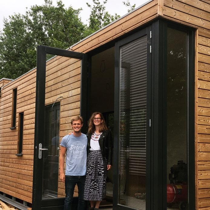Charlotte Kornet gaat samenwonen met haar vriend Dirk van der Zwan in een tiny house. Zij wil een kleine voetafdruk achterlaten 'op een manier waarop het toch leuk blijft'.